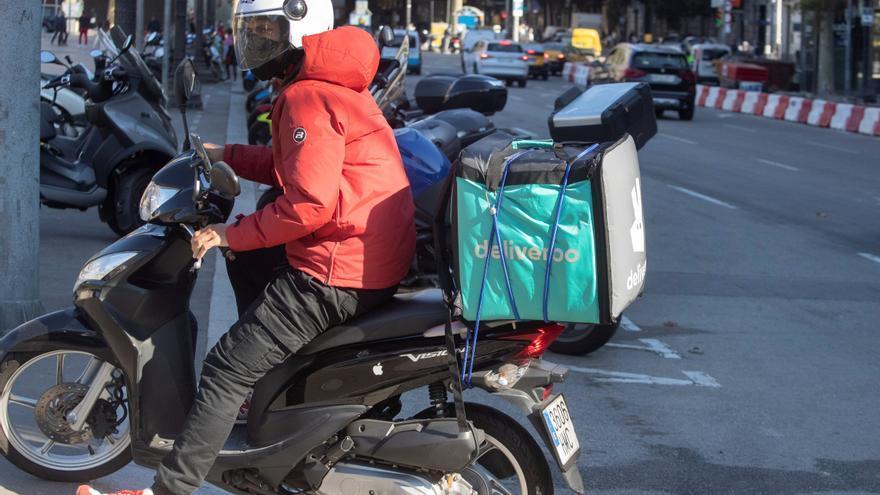 """Deliveroo deja España y abre despido colectivo a 3.871 empleados y """"riders"""""""