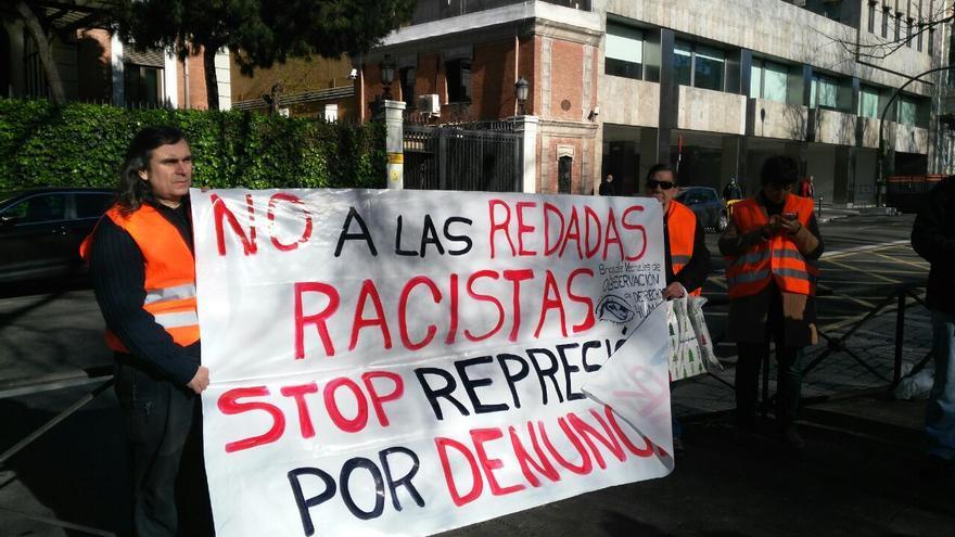 Activistas de Brigadas Vecinales de Derechos humanos protestan frente al Ministerio del Interior durante la presentación de la copia de la denuncia al Comité de Derechos Humanos de las Naciones Unidas  