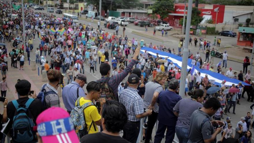 Manifestantes participan en una protesta para exigir la renuncia del presidente de Honduras, Juan Orlando Hernández, este martes en Tegucigalpa (Honduras), por su presunta implicación en una conspiración para usar dinero del narcotráfico.