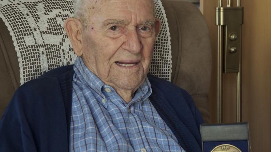 Virgilio posa en mayo de este año con una medalla conmemorativa de su paso por Buchenwald /FOTO: Carlos Herrero