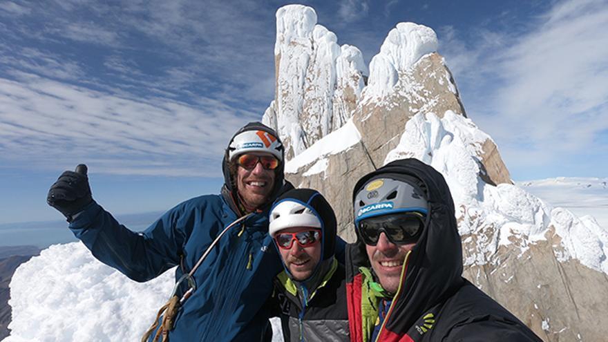 En la cima de la Aguja Standhardt (de izquierda a derecha: Berna, Matteo Pasquetto y Matteo Della Bordella).