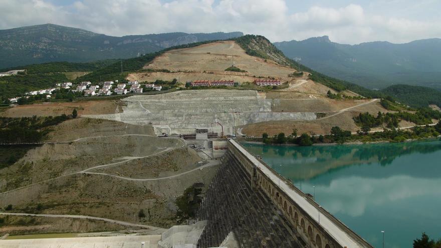 La presa de Yesa y las urbanizaciones desalojadas. Foto: CHE