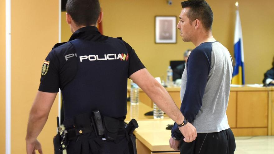 Imagen de la vista oral, con el autor del crimen custodiado por un agente de la Policía Nacional