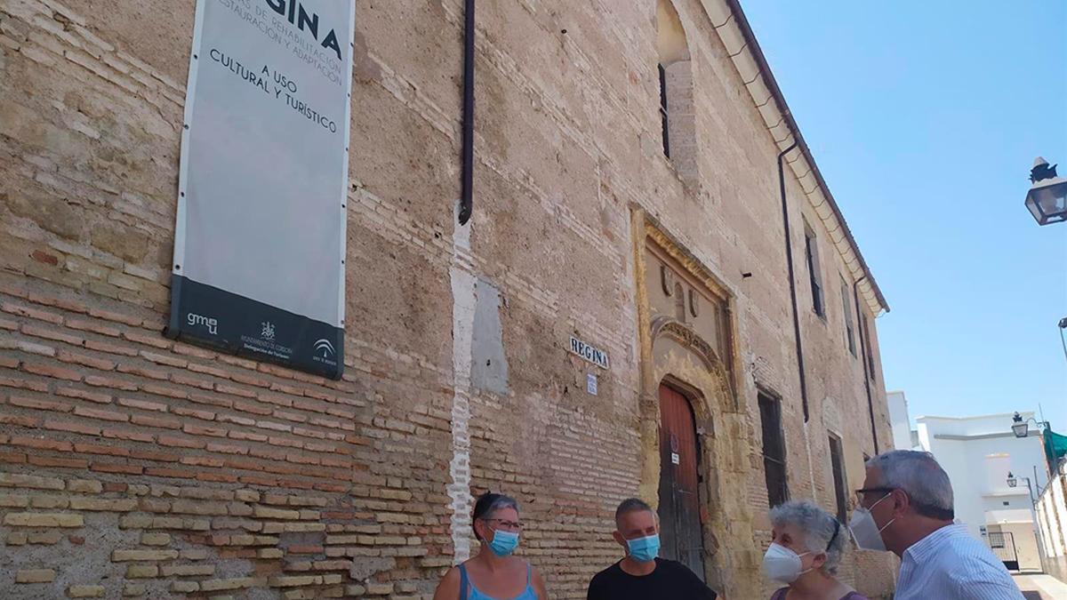 Rojas (dcha.) con representantes vecinales junto al Convento Regina.