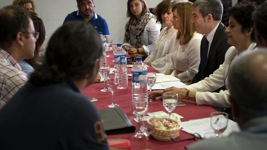 Reunión mantenida este viernes por el presidente del Gobierno de Canarias, Fernando Clavijo, y otros altos cargos de las administraciones regional e insular, con representantes de la Plataforma Palmera de Atención Integral a la Discapacidad (Indispal).