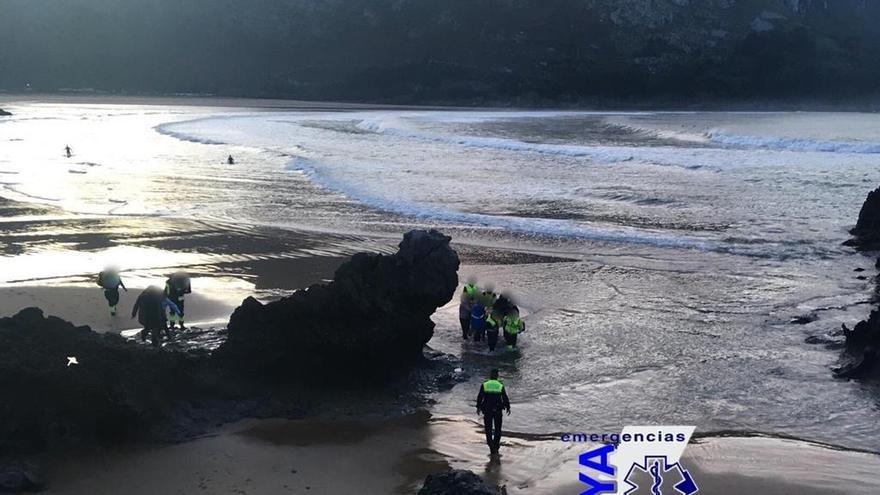 Evacuado a Cruces en estado crítico un surfista navarro que se desplomó al salir del agua en la playa de Islares