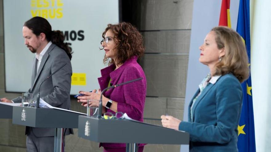 El vicepresidente de Asuntos Sociales, Pablo Iglesias, la portavoz del Gobierno y ministra de Hacienda, María Jesús Montero, y la vicepresidenta de Asuntos Económicos y Transformación Digital, Nadia Calviño, durante la rueda de prensa ofrecida tras el Consejo de Ministros celebrado este martes en Madrid