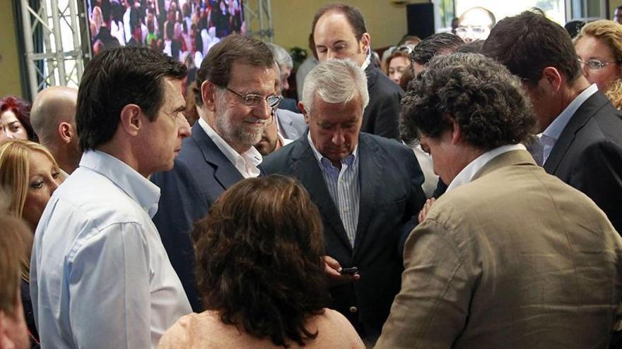 El presidente del Gobierno, Mariano Rajoy, conversa con el líder del partido en Canarias, José Manuel Soria, Javier Arenas y Jorge Moragas. (EFE/Cristóbal García)
