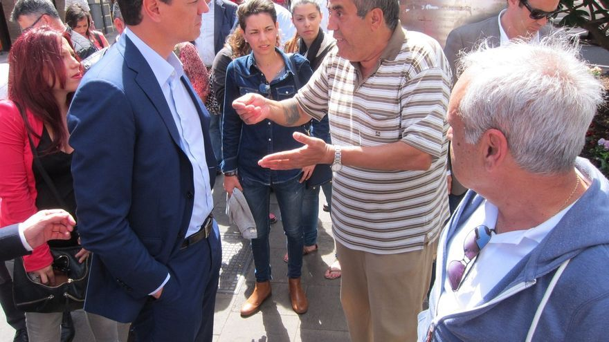 Pedro Sánchez escucha quejas en vivienda y empleo durante un paseo por La Laguna (Tenerife)