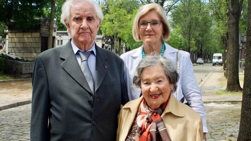 Ramiro Santisteban posa con su esposa Niní y con Anna María, la sobrina de Francesc Boix, tras el homenaje que la ciudad de París brindó al fotógrafo de Mauthausen