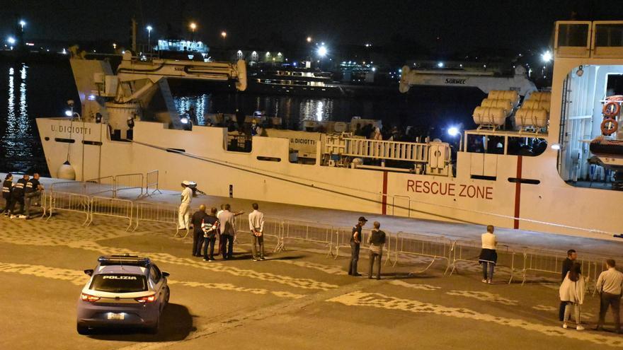 """Vista del barco """"Diciotti"""" de la Guardia Costera italiana el lunes 20 de agosto de 2018, atracado en el puerto de Catania (Italia), con los 177 migrantes rescatados la noche del 15 de agosto desde una barcaza cerca de la isla de Lampedusa."""