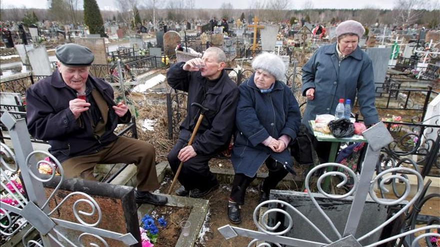 Rusia baja el precio del vodka mientras sube el de los productos básicos