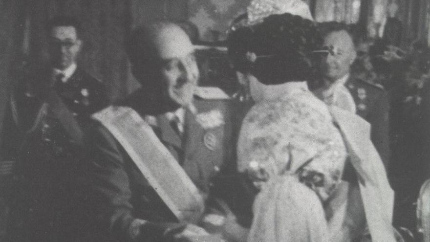 Imagen de Franco recibiendo la distinción de manos de la Fallera Mayor en 1947