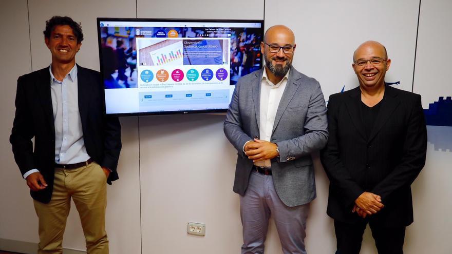 El coordinador general de Economía, David Gómez, el concejal de Administración Pública, Aridani Romero, y el director general de Nuevas Tecnologías, Francisco Santana