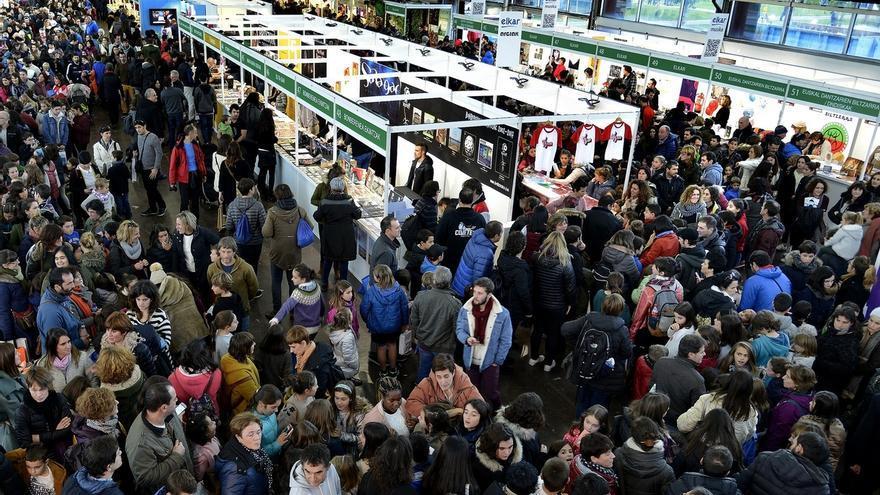 Miles de estudiantes visitan la Feria de Durango con motivo del 'Ikasle Eguna'