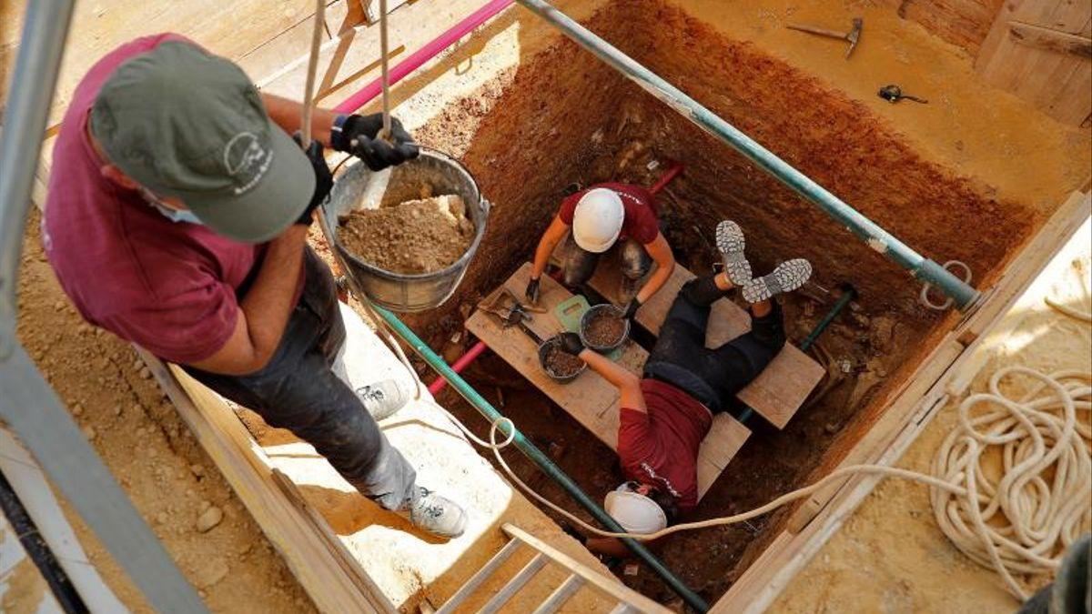 Trabajos de ArqueoAntro en la fosa 111 de Paterna (Valencia).