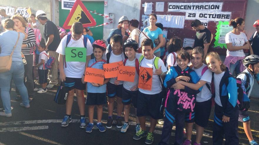Concentración de padres y alumnos del colegio Príncipe de Asturias a las puertas del centro.