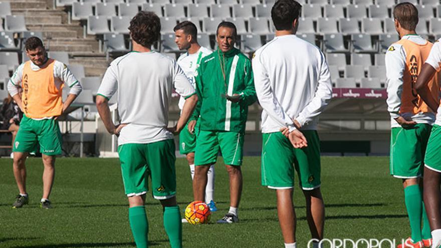 Oltra da instrucciones a sus jugadores en un entrenamiento. | MADERO CUBERO