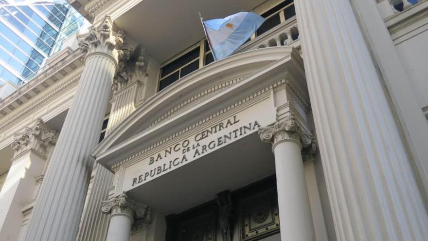 La tasa de política monetaria de Argentina toca su mínimo en tres meses