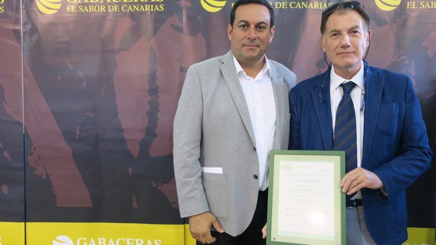 Basilio Pérez (i) y Francisco Lorenzo en el acto de entrega de la certificación.