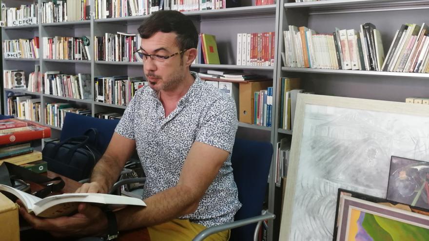 Esteban San Juan en la Biblioteca de Teatro Antonio Abdo.