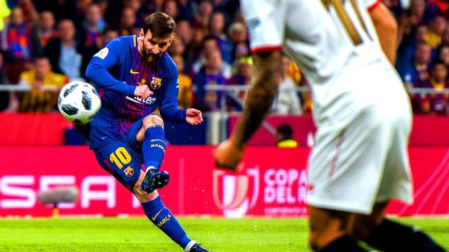 Leo Messi lanza a portería durante la pasada final de la Copa del Rey