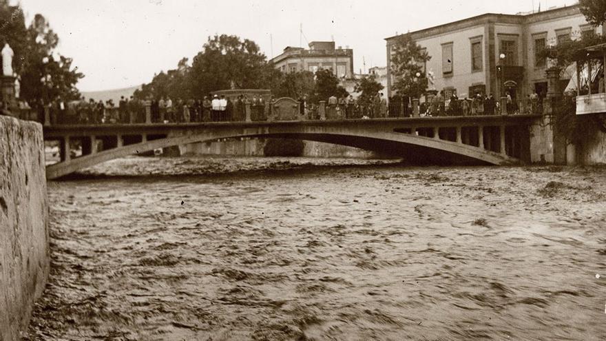 Agua corriendo bajo el Puente Verdugo, Barranco del Guiniguada, 1940.