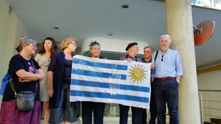 Concentración de apoyo a la madre de la menor ante el consulado de Uruguay en Barcelona