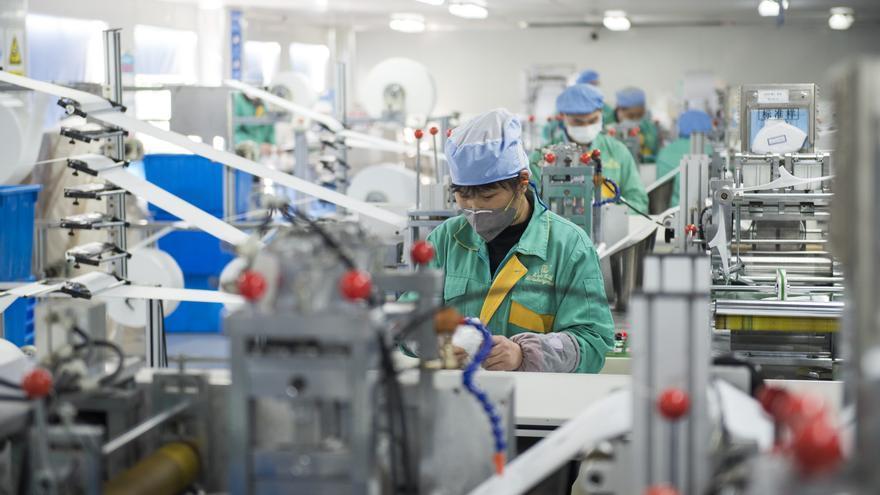 Imagen de una fábrica de mascarillas de Shanghái, que ha añadido líneas de producción para elevar su capacidad al 120%