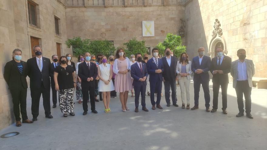 Los indultados del 1-O junto a la presidenta del Parlament, Laura Borràs, el presidente de la Generalitat, Pere Aragonès, y el resto del Govern tras recibirlos en el Palau de la Generalitat.