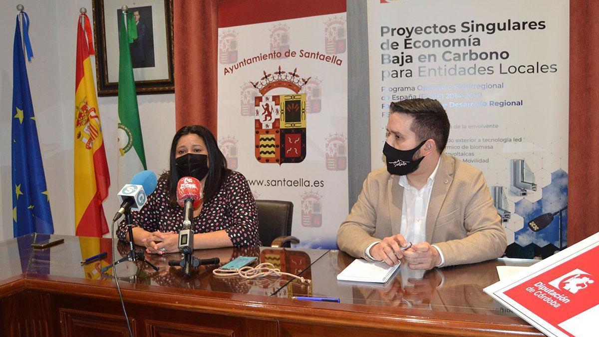 La vicepresidenta primera de la Diputación de Córdoba, Dolores Amo, y el alcalde de Santaella, José Álvarez.