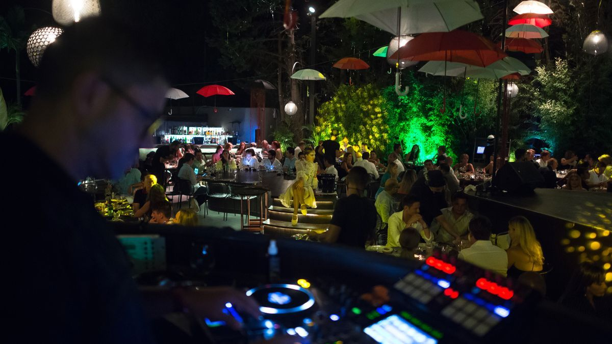 Una artista actúa entre comensales durante un espectáculo en vivo  en el club Mamzel de Marbella.