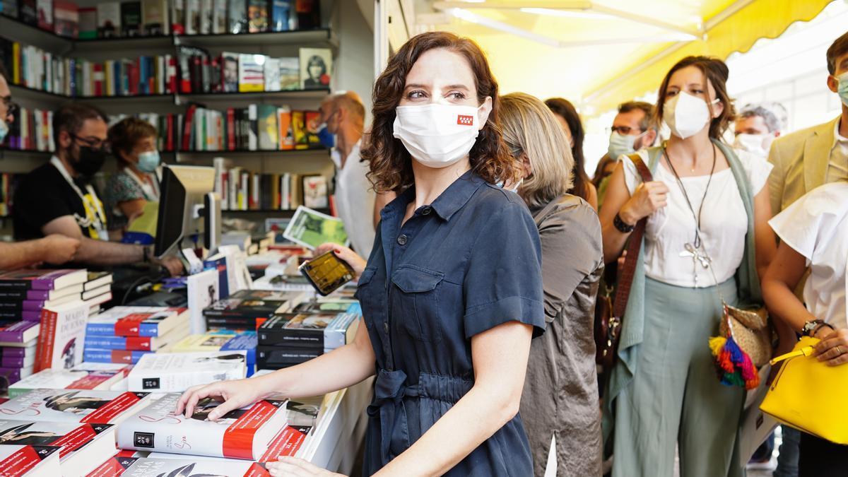 La presidenta de la Comunidad de Madrid, Isabel Díaz Ayuso, en la Feria del Libro.