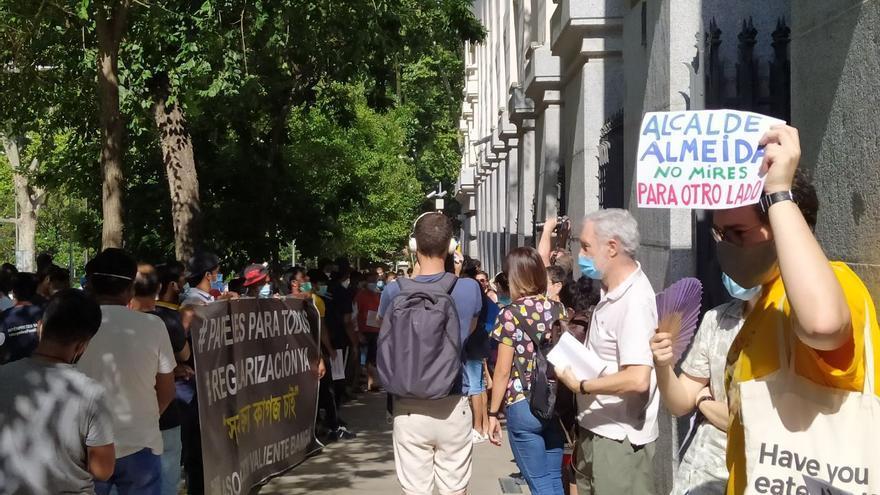 Una fila de personas pide al Ayuntamiento que se haga cargo de la emergencia social y del hambre.