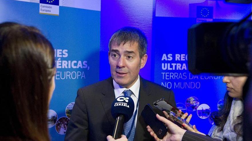 El presidente del Gobierno de Canarias, Fernando Clavijo, atiende a los medios de comunicación hoy en Bruselas, donde interviene en el cuarto Foro de las Regiones Ultraperiféricas de la Unión Europea.