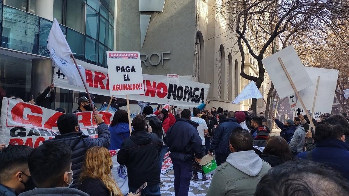 Protesta de trabajadores de Garbarino, el viernes pasado en la aseguradora Prof.