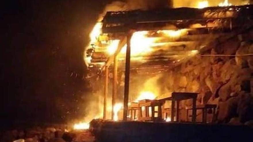 En la imagen, el área recreativa en llamas.