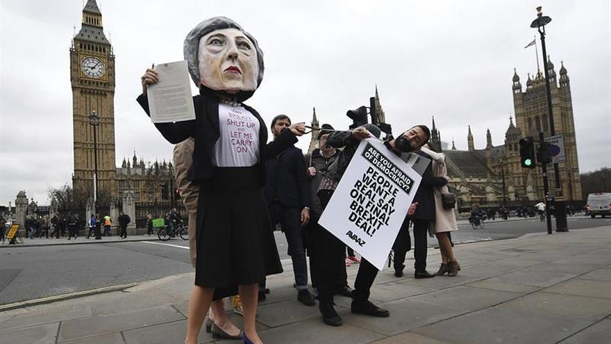"""Activistas protestan contra el """"brexit"""" con una marioneta de Theresa May"""