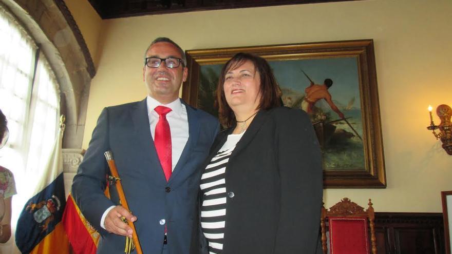 En la imagen, Sergio Matos, nuevo alcalde de la capital, con Guadalupe González, primera teniente de alcalde, este sábado, tras el pleno de envestidura. Foto: LUZ RODRÍGUEZ.
