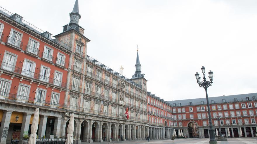 La Plaza Mayor de Madrid sin turistas ni terrazas durante la primera jornada de restricciones por la crisis del coronavirus.