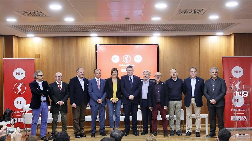 El president Ximo Puig junto a algunos dirigentes socialistas, los secretarios generales de UGT-PV y CCOO-PV y el presidente de la CEV