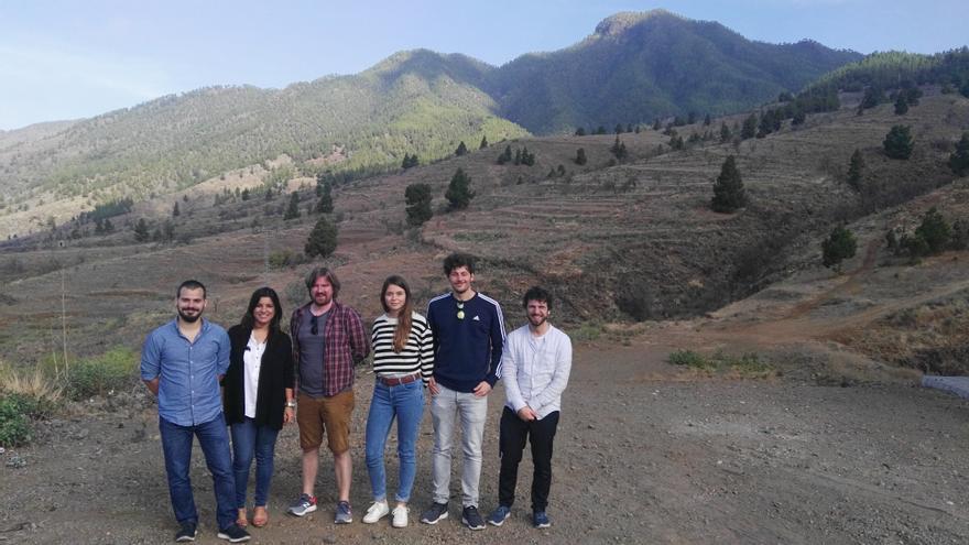 Miembros del equipo de rodaje junto a María José Manso.