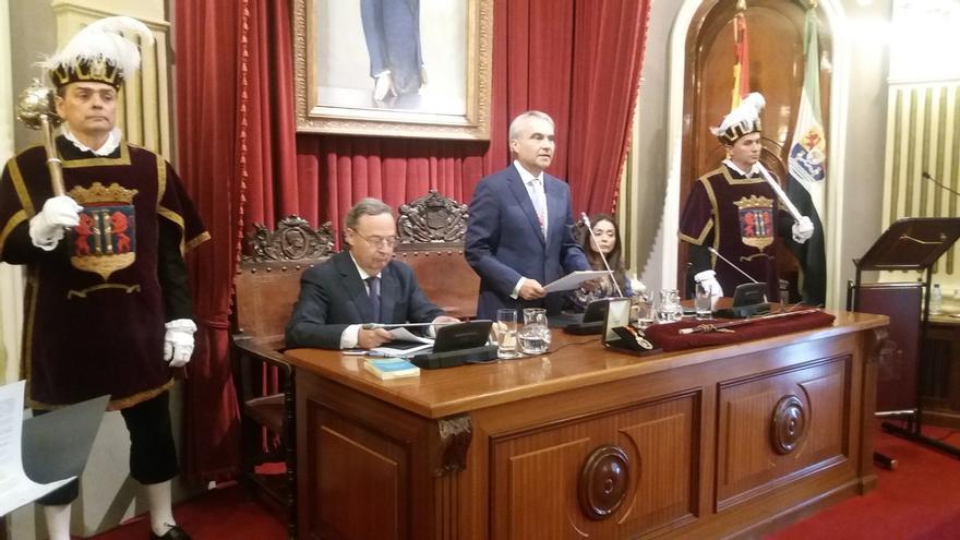 Fragoso (PP), alcalde de Badajoz gracias a los votos de Ciudadanos, con quien alternará el cargo, y Vox
