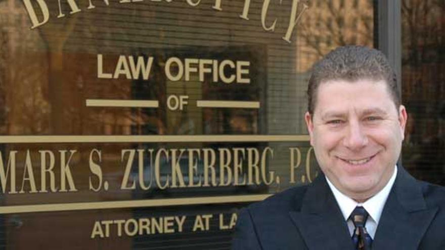 Mark Zuckerberg, frente a su despacho de abogados