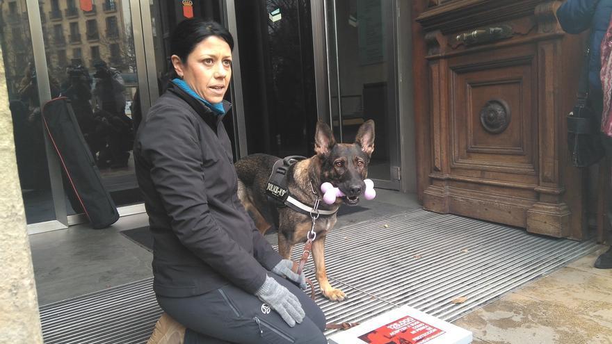 Una víctima de violencia machista entrega 125.000 firmas para pedir que su perra sea considerada como un perro lazarillo