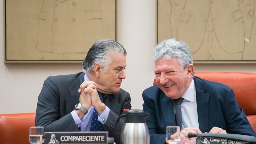 Pedro Quevedo (der.), presidente de la comisión de investigación, y Luis Bárcenas