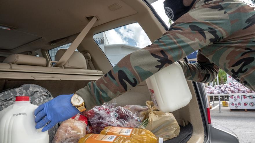 """El alcalde de Miami y """"Magic"""" Johnson reparten comida por Acción de Gracias"""