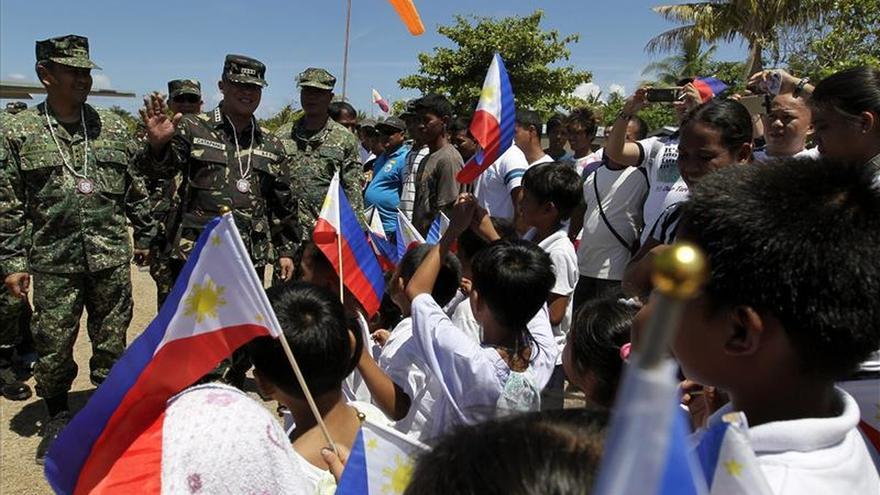 El jefe de las Fuerzas Armadas de Filipinas visita isla disputada con China