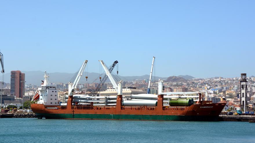 Buque que ha transportado las primeras aspas, en el puerto capitalino