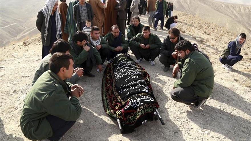 Descubren en un pueblo afgano 4 fosas con 55 cadáveres de la minoría hazara